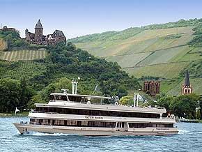 Rheinschifffahrt bei Bacharach am Rhein mit Burg Stahleck, Ruine der Wernerkapelle und Peterskirche. Foto