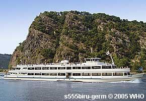 Schifffahrt auf dem Rhein vor der Loreley zwischen Oberwesel und St. Goar am Rhein. Fotos