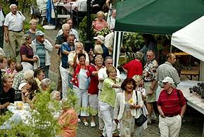 Plonaise beim Weinfest auf dem Marktplatz in Oberwesel am Rhein, © 2004 Foto Bernd Thierolf